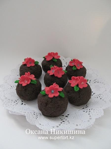 Пирожное Шоколадно-малиновое с цветами