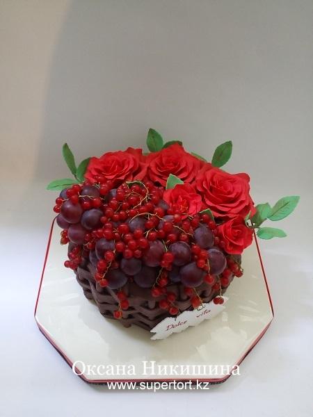Торт Корзина с красными розами, виноградом и смородиной