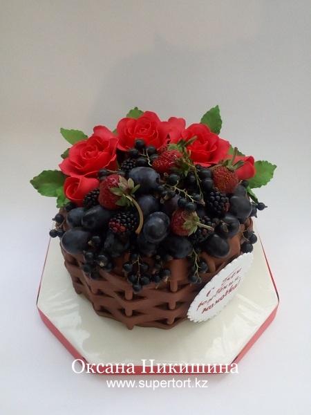 Торт Корзина с розами и ягодами